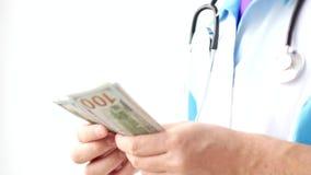 Мужской доктор считая конец-вверх долларов Развращение в медицине стоковые фотографии rf