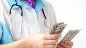 Мужской доктор считая конец-вверх долларов Развращение в медицине стоковое фото rf