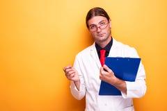 Мужской доктор указывая с ручкой к камере стоковая фотография rf