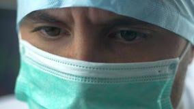 Мужской доктор Looking С Сотрясать Крупный план в больнице сток-видео