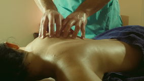 Мужской делая массаж дальше подпирает в салоне курорта сток-видео