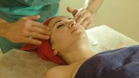 Мужской делая массаж к женщине в салоне курорта сток-видео