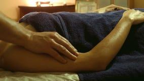 Мужской делая массаж на руках в салоне курорта акции видеоматериалы