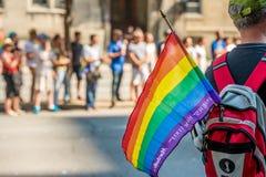 Мужской зритель носит флаг гомосексуалиста радуги во время гордости Монреаля стоковая фотография