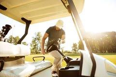 Мужской игрок в гольф получая в тележке гольфа стоковые изображения