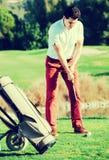 Мужской игрок в гольф на поле для гольфа Стоковое Изображение