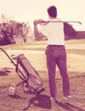 Мужской игрок гольфа сделал успешный для того чтобы ударить на поле для гольфа Стоковое Изображение RF