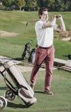 Мужской игрок гольфа сделал успешный для того чтобы ударить на поле для гольфа Стоковые Фото