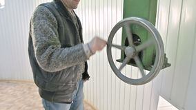 Мужской исследователь поворачивает ручное колесо раскрывая механизма дверей купола солнечной обсерватории r акции видеоматериалы