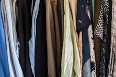 Мужской и женский висеть одежд Стоковое Изображение