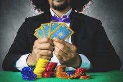 Мужской картежник играя карточки покера Стоковое Фото