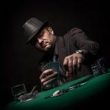Мужской картежник играя покер и курит сигару стоковое изображение rf
