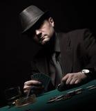 Мужской картежник играя покер и курит сигару стоковая фотография rf