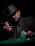 Мужской картежник играя покер и курит сигару стоковые изображения rf