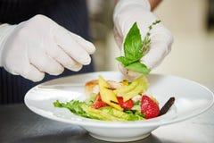 Мужской кашевар украшая блюдо Стоковое фото RF