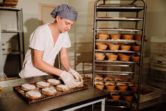 Мужской кашевар формируя тесто для печь хлеба Стоковые Фотографии RF