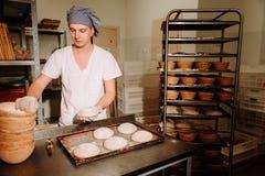 Мужской кашевар формируя тесто для печь хлеба Стоковое фото RF