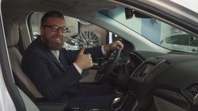 Мужской клиент одобряет интерьер автомобиля на дилерских полномочиях стоковые фотографии rf