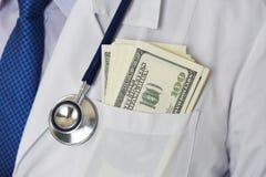 Мужской комод доктора медицины с пуком 100 долларов banknot Стоковые Фото