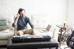 Мужской композитор музыки перечисляя к его новой песне стоковое фото