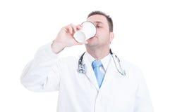 Мужской кофе доктора или сотрудник военно-медицинской службы выпивая от на вынос чашки Стоковое Изображение