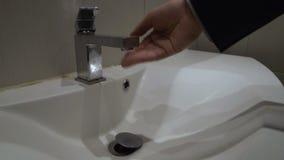 Мужской кран отверстия руки в ванной комнате, отсутствие водоснабжения должного к общего назначения недоимкам акции видеоматериалы