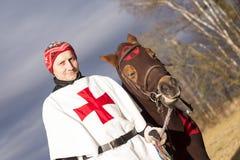 Мужской крестоносец с его лошадью взгляд городка республики cesky чехословакского krumlov средневековый старый стоковые фото