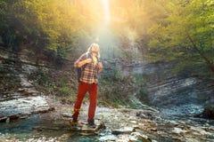 Мужской крест путешественника река горы для брода Стоковая Фотография RF