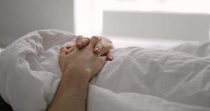 Мужской крупный план рук на спать человека промежутка времени одеяла дыша видеоматериал