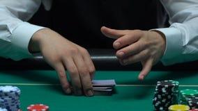Мужской крупье шаркая карточки и показывая туз диаманта, фокусы казино, блеф акции видеоматериалы
