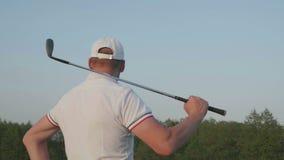 Мужской курс гольф-клуба игрока в гольф сток-видео