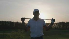 Мужской курс гольф-клуба игрока в гольф видеоматериал