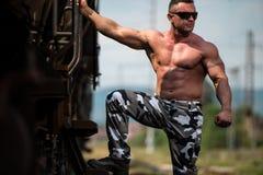 Мужской культурист держа дальше для тренировки стоковое изображение rf