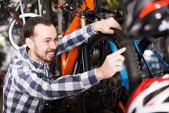 Мужской клиент в магазине велосипеда Стоковые Фото