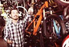 Мужской клиент в магазине велосипеда Стоковое Фото
