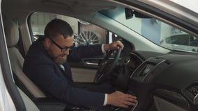 Мужской клиент одобряет интерьер автомобиля на дилерских полномочиях видеоматериал