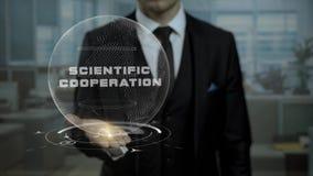 Мужской маклер, голова секретного запуска валюты показывает научное сотрудничество слов на его руке видеоматериал