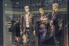 Мужской манекен в окне магазина Стоковые Изображения