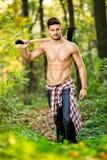 Мужской малыш в лесе стоковые изображения