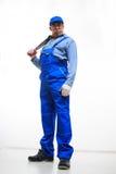 Мужской механик держа универсальный гаечный ключ на белизне Стоковая Фотография