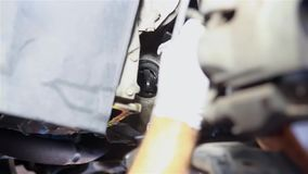 Мужской механик ремонтируя автомобиль видеоматериал