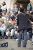 Мужской музыкант играя в улице около Sacre Coeur для денег Стоковое Изображение