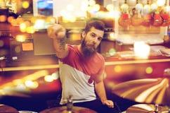 Мужской музыкант играя набор барабанчика на магазине музыки Стоковое Фото