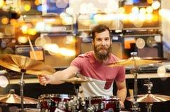 Мужской музыкант играя цимбалы на магазине музыки Стоковые Фотографии RF