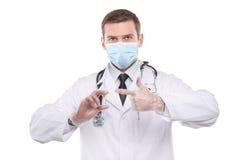 Мужской доктор в маске держа шприц с впрыской Стоковые Изображения