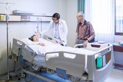 Мужской доктор говоря с пациентом Стоковая Фотография