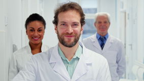 Мужской доктор показывает его большой палец руки вверх сток-видео