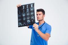 Мужской доктор смотря изображение рентгеновского снимка мозга Стоковая Фотография