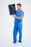 Мужской доктор смотря изображение рентгеновского снимка мозга Стоковые Фото