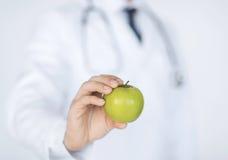 Мужской доктор с зеленым яблоком Стоковое Изображение RF